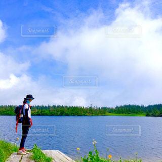 岸辺に立っている女性の写真・画像素材[1325778]
