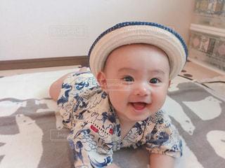 ベッドの上に座っている赤ちゃんの写真・画像素材[1325457]