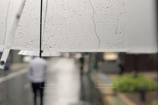傘と雨の中で立っている人の写真・画像素材[1326222]
