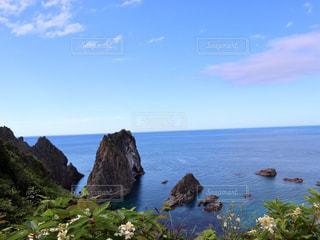 水の体の横に岩が多い区域の人々 のグループの写真・画像素材[1352316]