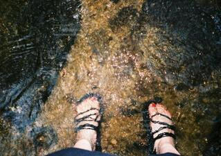 冷たい川の中に足を入れてちゃいましたの写真・画像素材[4773123]
