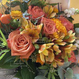 お誕生日に貰ったオレンジベースの花束の写真・画像素材[4833545]