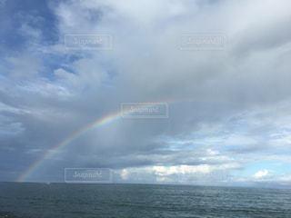 水の体の上の虹の写真・画像素材[1327386]