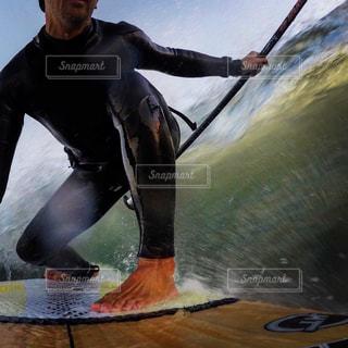 水のサーフボードで波に乗って男の写真・画像素材[1327744]