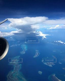 空を飛んでいる飛行機のビューの写真・画像素材[1327749]