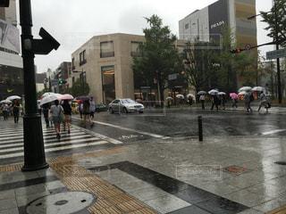 雨の中、足早に過ぎていくの写真・画像素材[1327756]