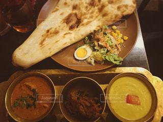 テーブルの上に食べ物のプレートの写真・画像素材[1327803]