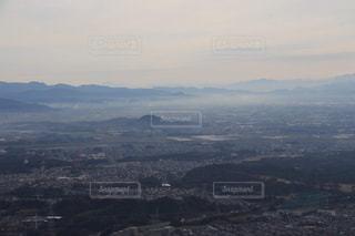 背景の大きな山のビューの写真・画像素材[1401602]