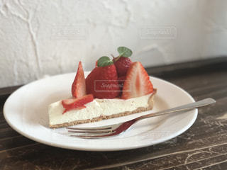 苺のレアチーズケーキの写真・画像素材[1328482]
