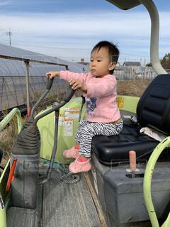 ユンボに座っている小さな女の子の写真・画像素材[2942085]