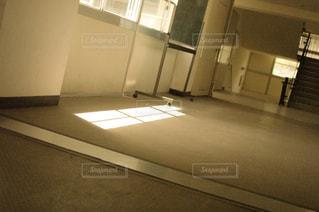白い壁の部屋の写真・画像素材[1333314]