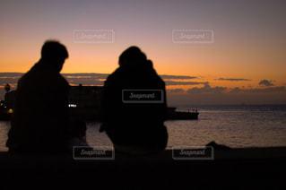 水の体に沈む夕日の写真・画像素材[1361513]