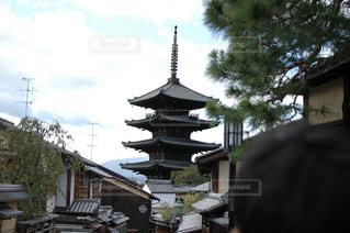 建物の前に立っている人の写真・画像素材[1361514]