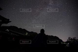 星空と人影の写真・画像素材[1329074]