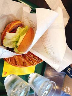 テーブルの上に座ってサンドイッチの写真・画像素材[1329331]