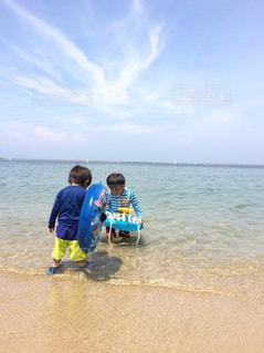 青空と夏の海と男の子の写真・画像素材[1342908]