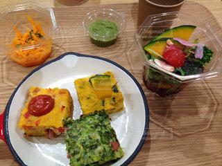 テーブルの上に食べ物のプレートの写真・画像素材[1659778]