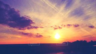 水の体に沈む夕日の写真・画像素材[1330089]