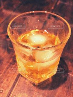 吹きガラスのグラスで飲む梅酒ロックの写真・画像素材[1332250]