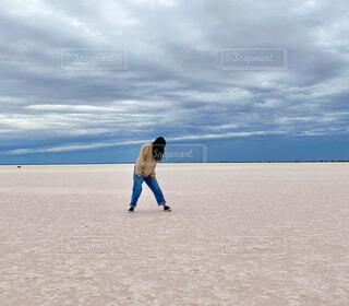 オーストラリアの塩湖に立つ女性の写真・画像素材[4008505]