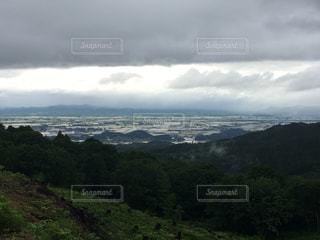 不穏な山、集落の写真・画像素材[1337586]