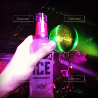 お酒を持つ手の写真・画像素材[935031]