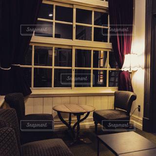リビング ルームの家具と大きな窓いっぱいの写真・画像素材[935033]