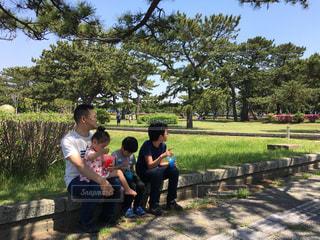 暑い日、公園にかき氷屋さんがいて、みんなで購入して休憩の写真・画像素材[1397178]