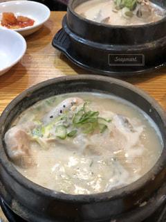 テーブルにあるスープのボウルの写真・画像素材[1354324]