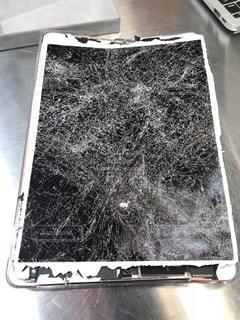 壊れて修理に出したiPadの写真・画像素材[1335551]