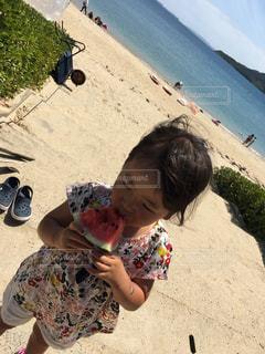 ビーチに座っている少年の写真・画像素材[1398691]