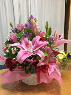 テーブルの上に花束の写真・画像素材[1331338]
