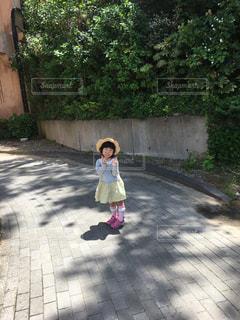 歩道の上を歩く少女の写真・画像素材[1331734]