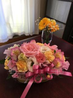 テーブルの上に花束の写真・画像素材[1332442]
