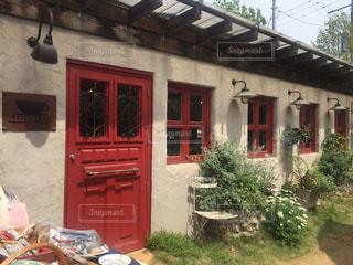 赤い扉の可愛いカフェの写真・画像素材[1337699]