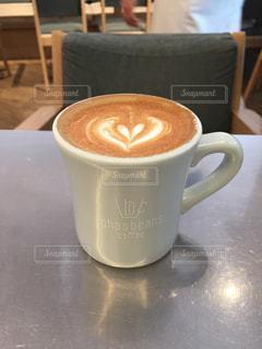 テーブルの上のコーヒー カップの写真・画像素材[1337716]