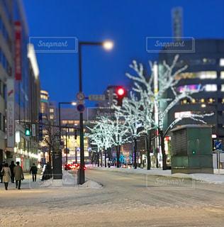 街の通りに信号機の写真・画像素材[1335200]