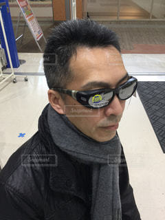 メガネの上からサングラスの写真・画像素材[1360522]