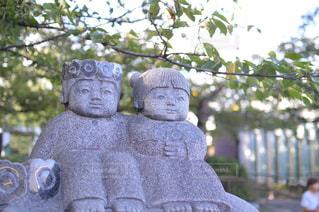 男の子と女の子の石像の写真・画像素材[1424312]