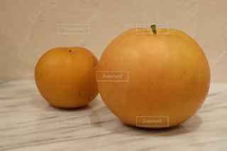 木製のテーブルの上に座ってリンゴの写真・画像素材[1516856]