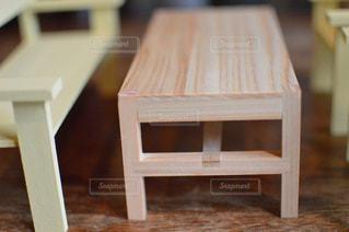 ハンドメイドのミニチュアテーブルと椅子の写真・画像素材[2078941]