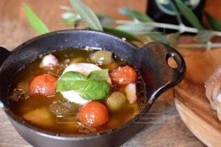 カマンベールチーズ、タコ、オリーブ、プチトマトのアヒージョの写真・画像素材[3789211]