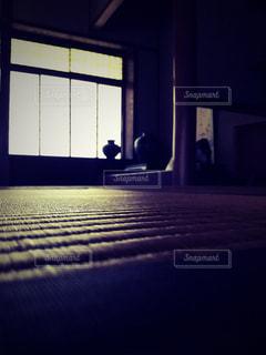 暗い部屋のベッドの写真・画像素材[1357055]
