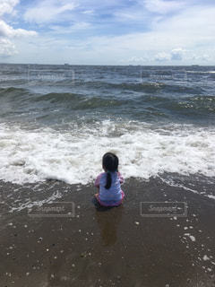 波打ち際の女の子の写真・画像素材[1331735]