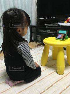 正座して動画を見ている娘の写真・画像素材[1334743]