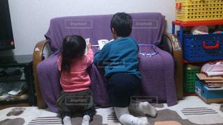 二人が静かに本を読んでいるところの写真・画像素材[1340323]