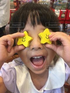 カメラに向かって笑みを浮かべて小さな子供を持っている人の写真・画像素材[1358031]