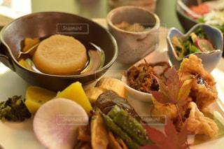 板の上に食べ物のボウルの写真・画像素材[1359693]