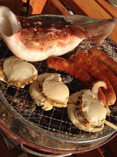 近くのグリルの上に食べ物をの写真・画像素材[1370380]