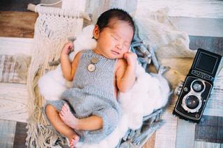 ベッドの上で横になっている赤ちゃんの写真・画像素材[1333319]